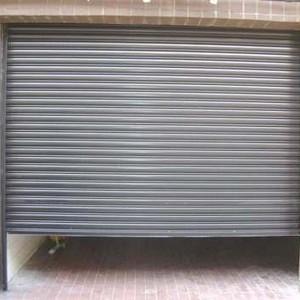 Instalação de porta automática de enrolar