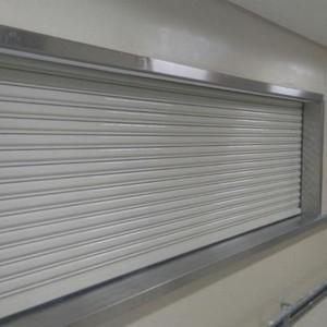Instalação de porta de aço automática